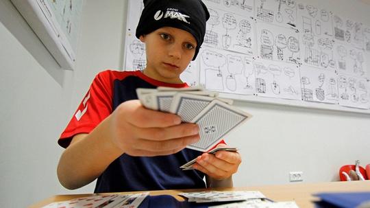 Foto: Bridge er godt for hjernen, hukommelsen og matematik, mener 10-årige Vitus Quistgaard Stephansen.