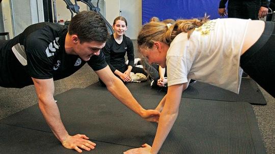 Kay Smits fra TTH Holstebro styrketræner med elever fra Rolf Krake Skolen mellem matematikopgaverne