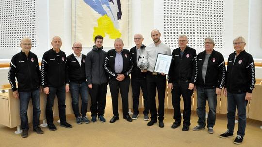 Prismodtager Jeppe Højberg sammen med nogle af de mænd, han træner.